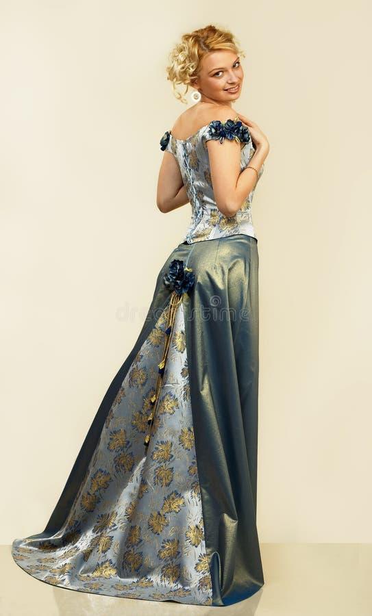 Giovane donna attraente in vestito da sera. Ritratto. fotografie stock