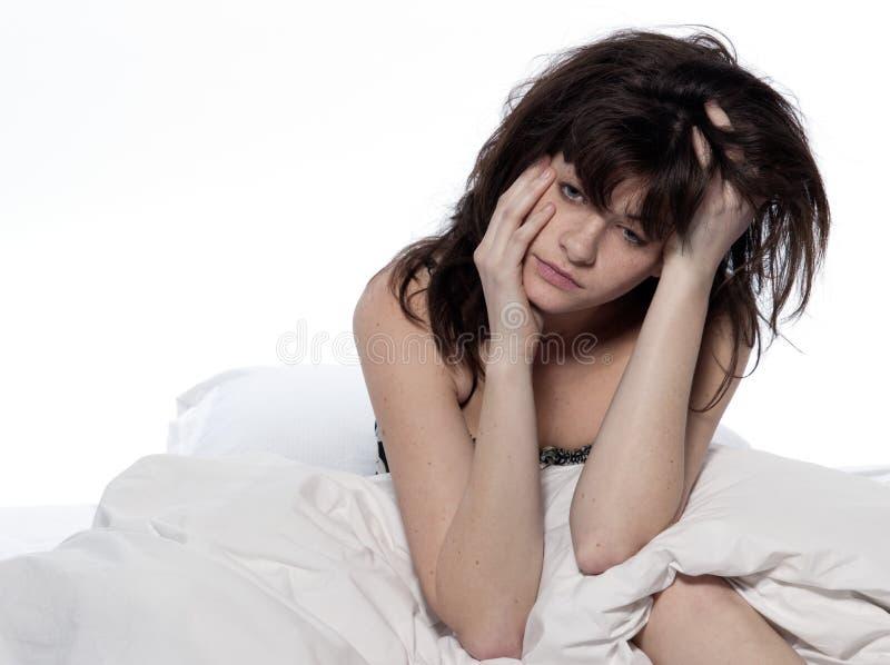 Giovane donna in base che sveglia insonnia faticosa fotografia stock libera da diritti