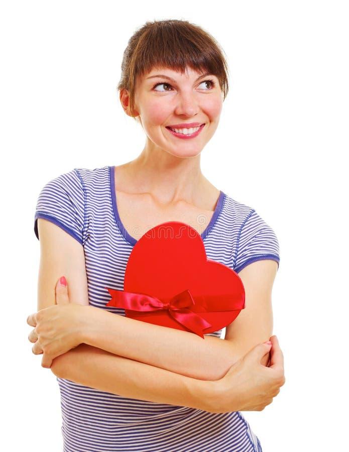 Giovane donna bella con la casella heart-shaped fotografie stock
