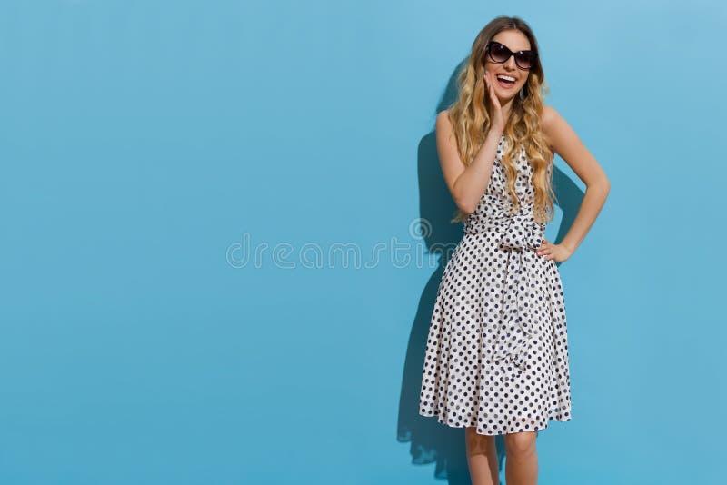 Giovane donna bella di risata in occhiali da sole immagini stock