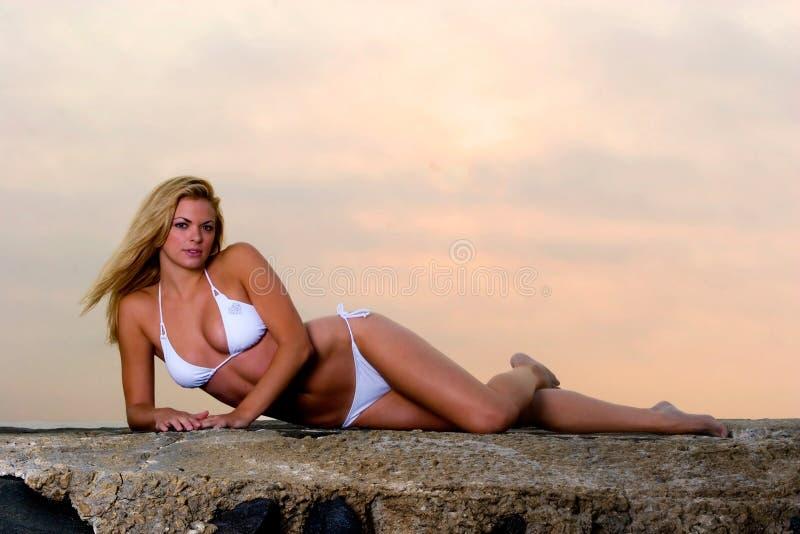 Giovane donna bella in un bikini fotografia stock libera da diritti