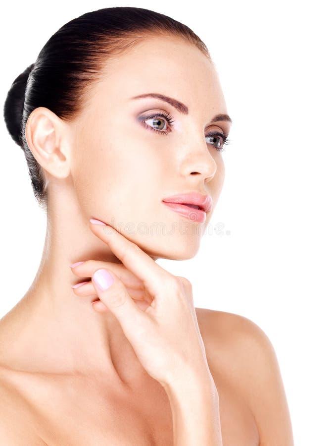 Giovane donna bianca graziosa con la mano al mento immagini stock libere da diritti