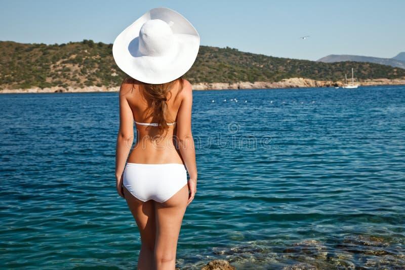 Giovane donna in bikini bianco immagine stock libera da diritti
