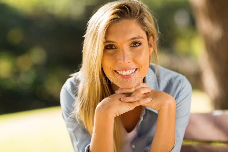 Download Giovane donna bionda fotografia stock. Immagine di denim - 55351680