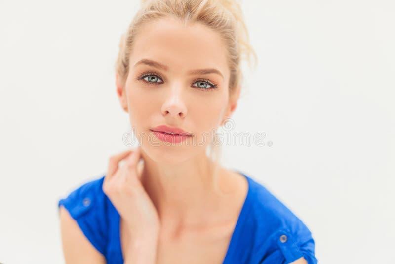 Giovane donna bionda attraente fotografie stock