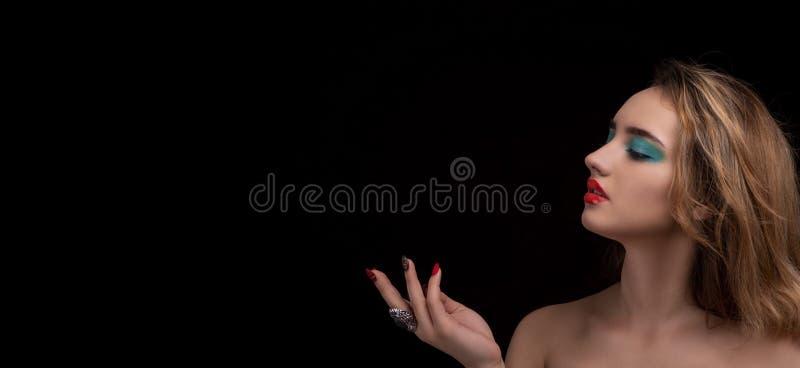 Giovane donna bionda attraente con trucco alla moda luminoso Occhi affumicati colorati con effetto bagnato della palpebra Ritratt immagine stock libera da diritti