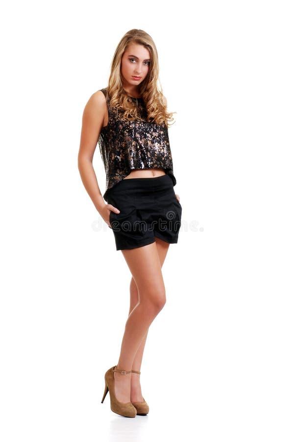 Giovane donna bionda che porta gli shorts neri immagine stock libera da diritti
