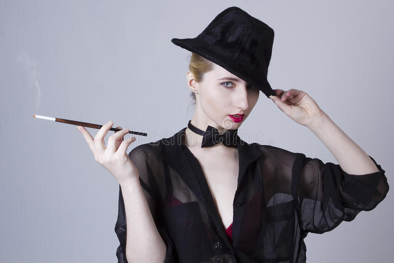 Giovane donna bionda con il boccaglio fotografia stock