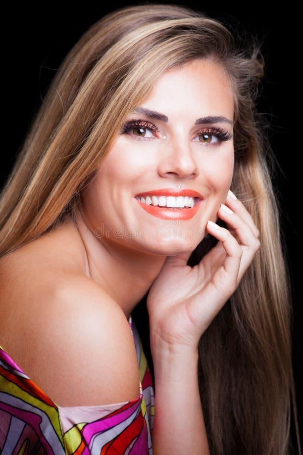 Giovane donna bionda con il colpo bianco perfetto dello studio di sorriso fotografia stock