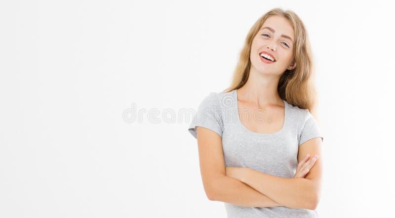Giovane donna bionda con l'ente esile di misura in maglietta in bianco e jeans del modello isolati su fondo bianco Cura di capell immagini stock libere da diritti