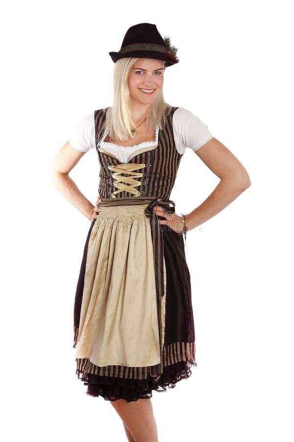 Giovane donna bionda in costume bavarese tradizionale immagini stock