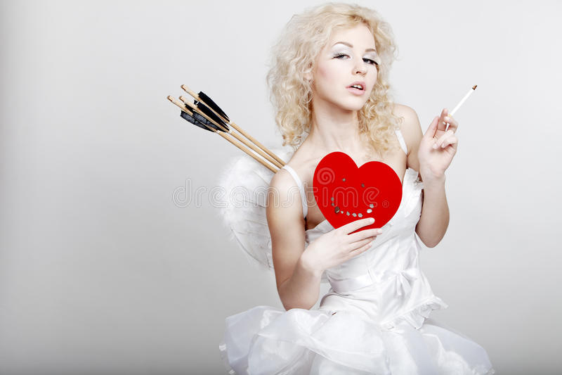 Giovane donna bionda in costume di angelo immagini stock