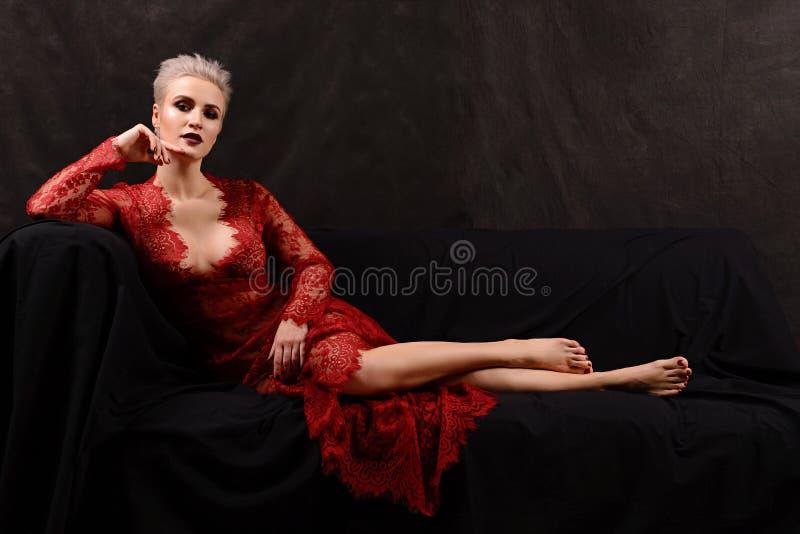 Giovane donna bionda dai capelli corti insano bella in pizzo rosso d fotografia stock