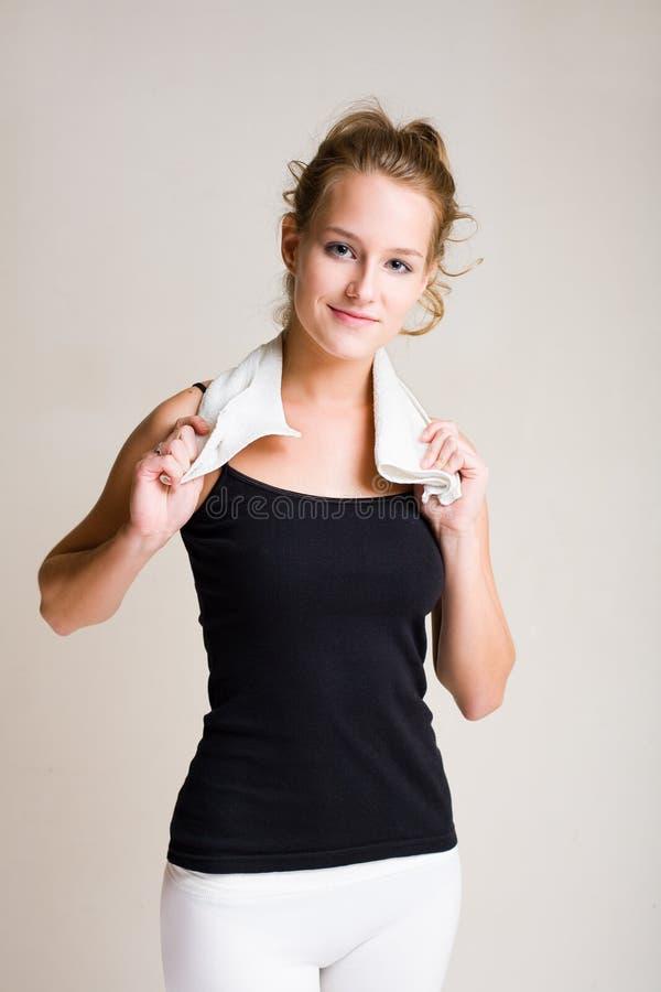 Giovane donna bionda di forma fisica. immagine stock