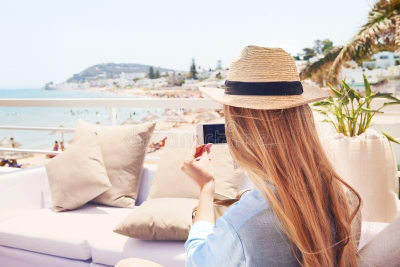 Giovane donna bionda felice che prende la foto dello smartphone con lo Smart Phone fotografie stock