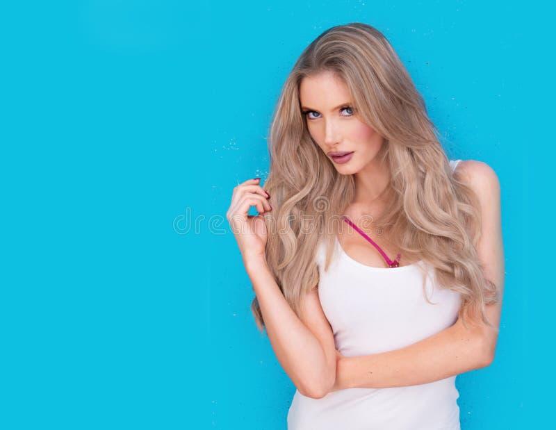 Giovane donna bionda intensa attraente d'avanguardia fotografia stock