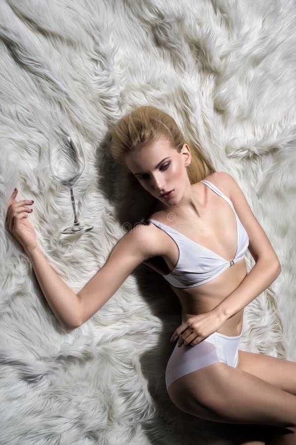Download Giovane Donna Bionda Sexy In Biancheria Bianca Immagine Stock - Immagine di orli, coperta: 56887921