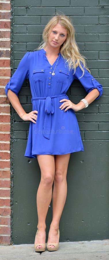 Giovane donna bionda sexy in breve vestito blu - modo immagini stock libere da diritti