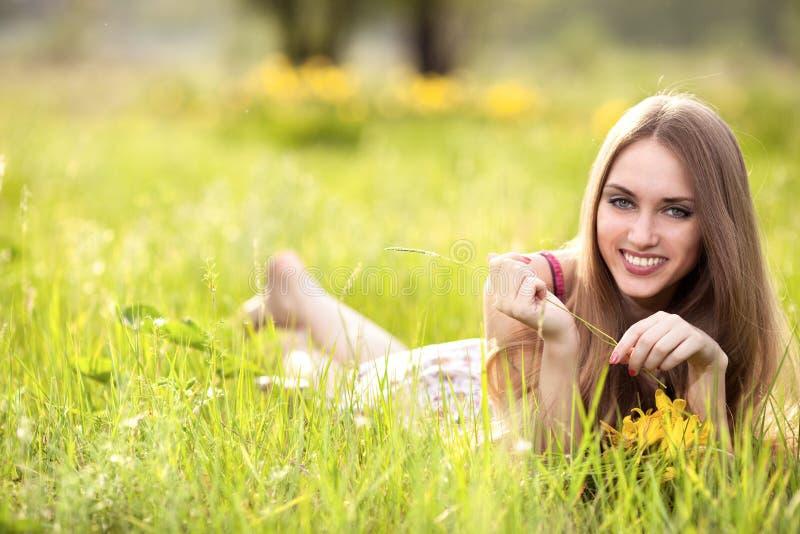 Giovane donna bionda sul prato immagini stock libere da diritti