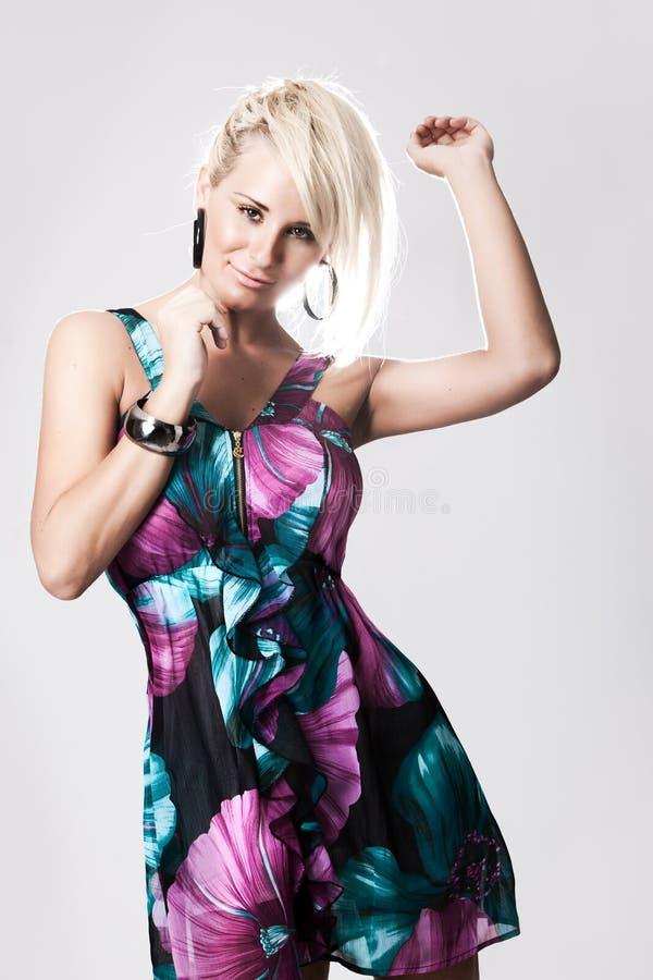 Giovane donna bionda in vestito variopinto fotografia stock libera da diritti