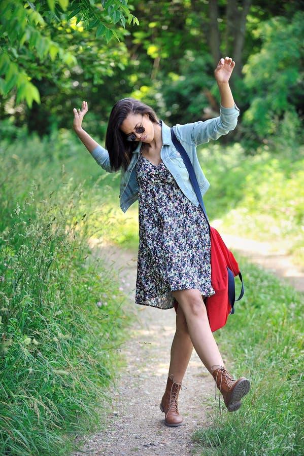 Giovane donna Biracial che dà dei calci in su ai suoi talloni fotografia stock libera da diritti