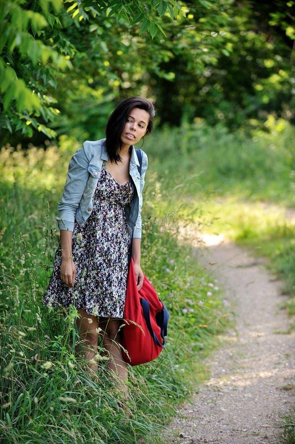 Giovane donna Biracial che si leva in piedi sulla strada campestre fotografie stock