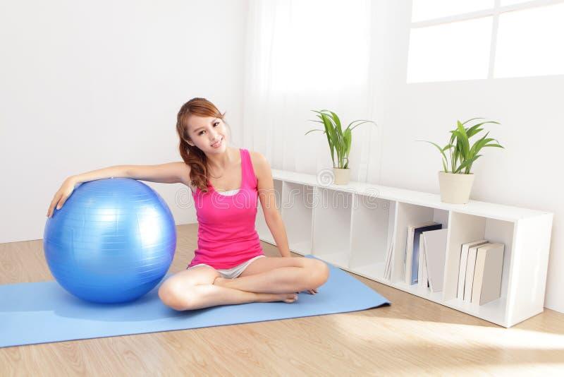 Giovane donna in buona salute che fa yoga a casa immagini stock libere da diritti