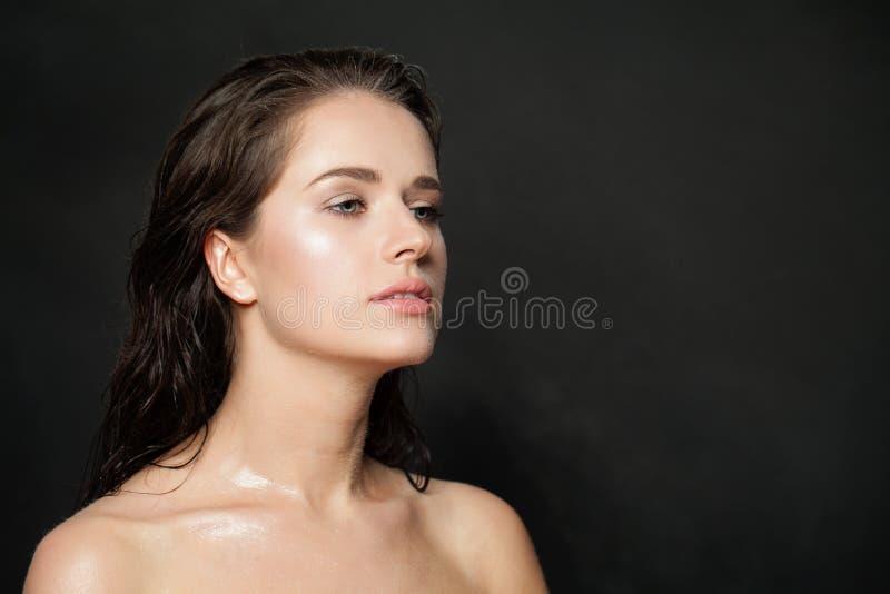 Giovane donna in buona salute con chiara pelle Skincare e concetto facciale di trattamento fotografia stock
