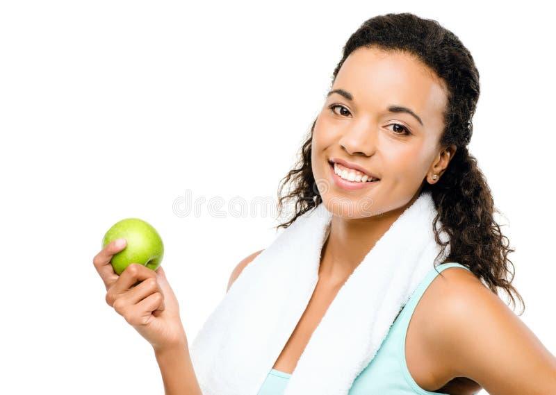 Giovane donna in buona salute della corsa mista che giudica mela verde isolata su w immagini stock