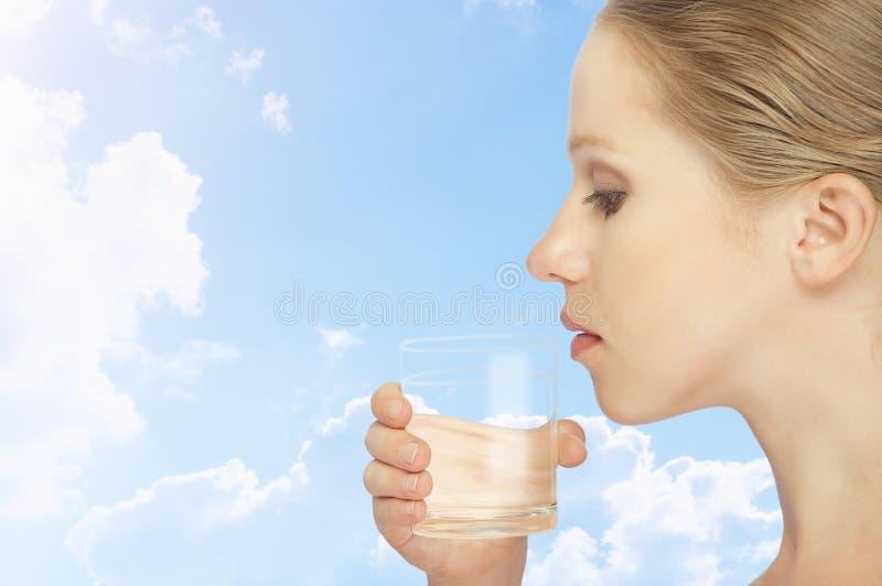Giovane donna in buona salute e un vetro di acque pulite fotografie stock