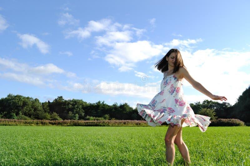 Giovane donna in campagna fotografia stock libera da diritti