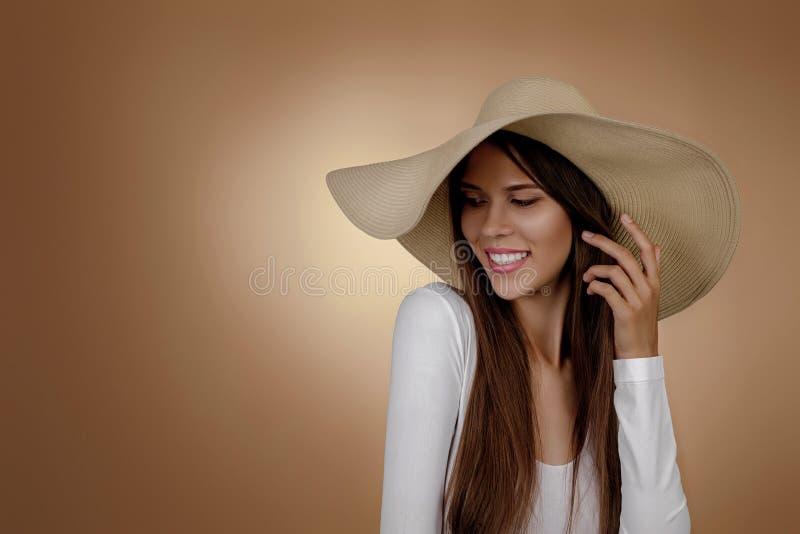 Giovane donna in cappello alla moda di estate fotografia stock libera da diritti