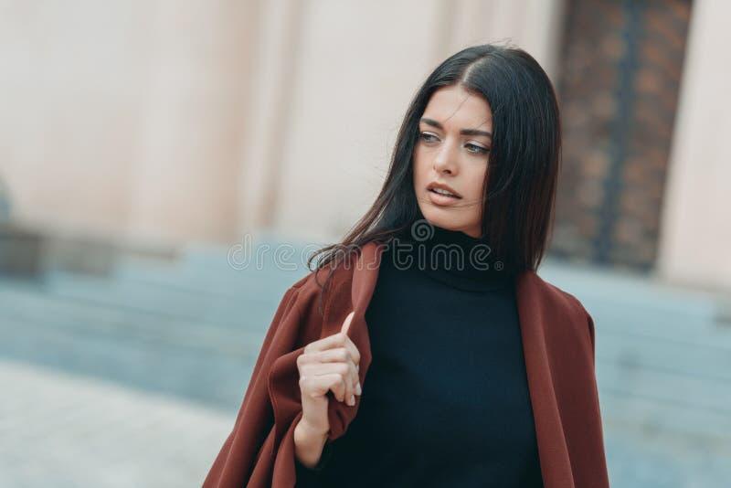 giovane donna in cappotto alla moda immagini stock