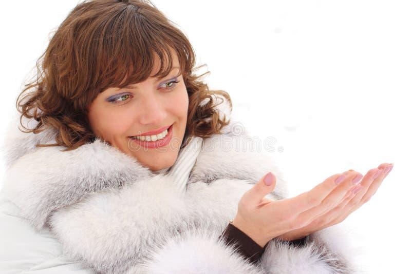 Giovane donna in cappotto di pelliccia con copyspace immagine stock
