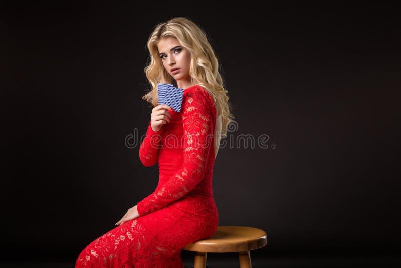 Giovane donna in casinò con le carte sopra fondo nero mazza fotografia stock libera da diritti