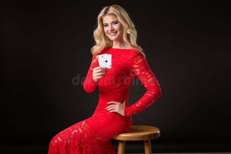Giovane donna in casinò con le carte sopra fondo nero mazza fotografie stock libere da diritti