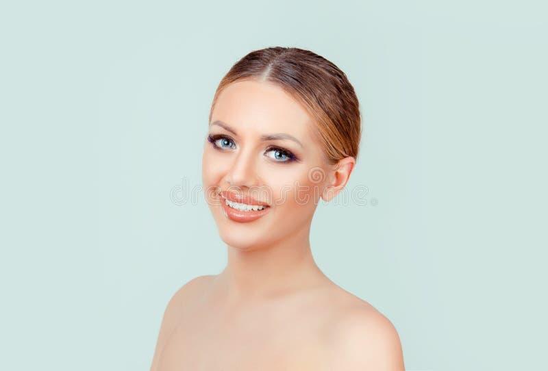Giovane donna castana che sorride esaminandovi macchina fotografica immagini stock