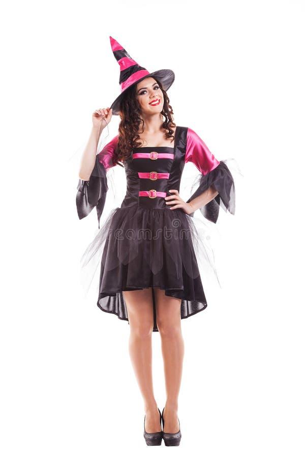 Giovane donna castana sorridente attraente vestita immagine stock