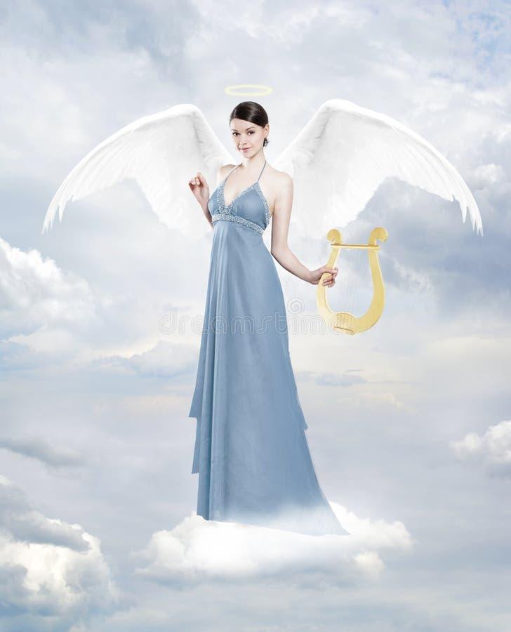 Angelo con la lira sulla nuvola fotografie stock