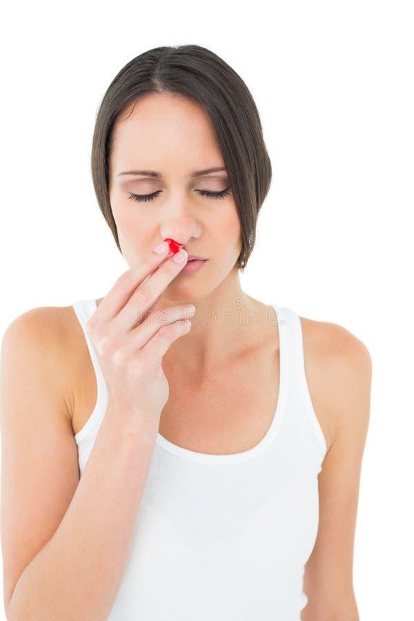 Giovane donna casuale con il naso dell'emorragia fotografie stock libere da diritti