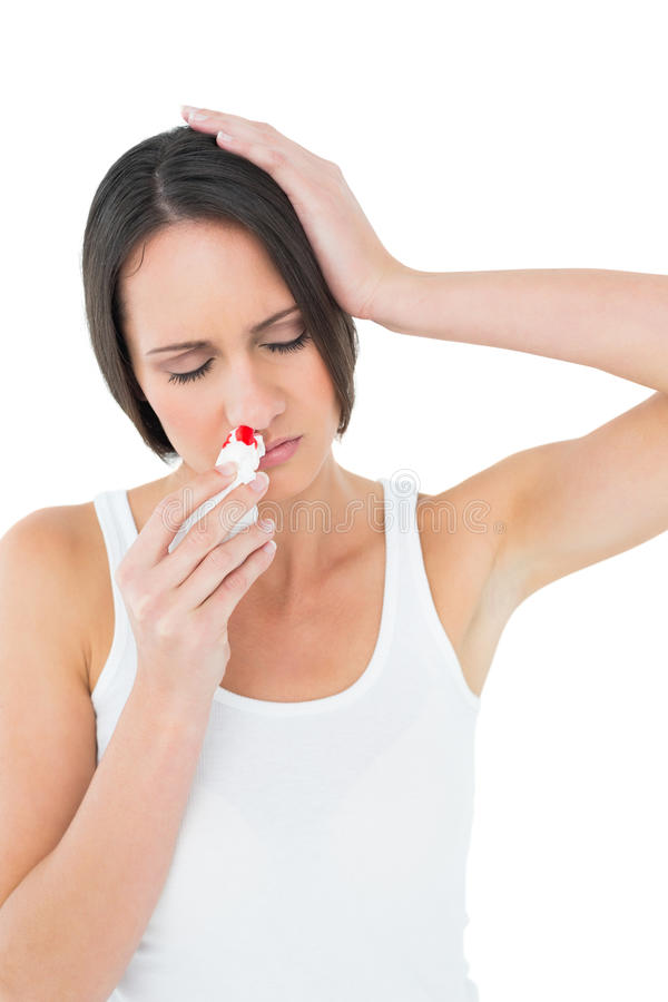 Giovane donna casuale con il naso dell'emorragia immagine stock