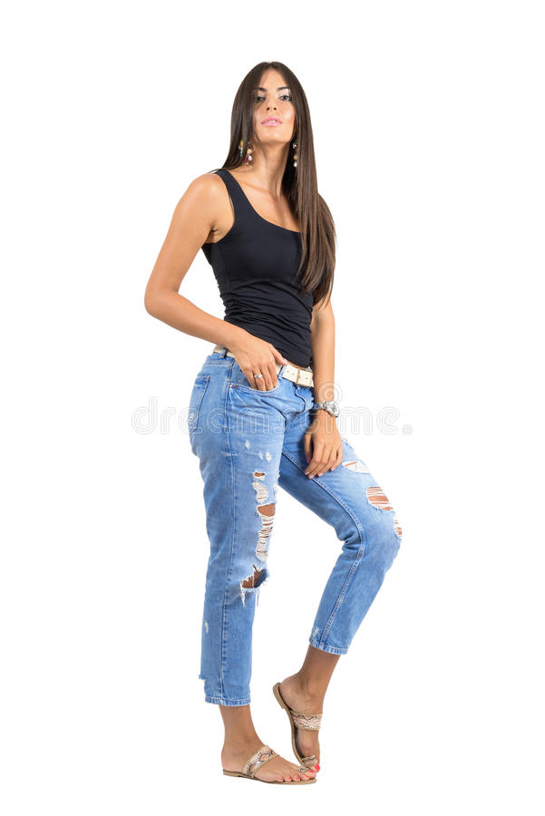 Giovane donna casuale in jeans lacerati che posano alla macchina fotografica Ritratto completo di statura isolato sopra il fondo  fotografia stock libera da diritti