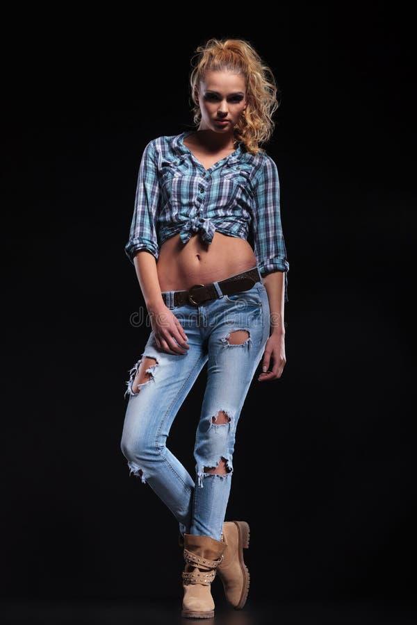 Giovane donna casuale sexy in jeans e nella posa della camicia fotografia stock libera da diritti