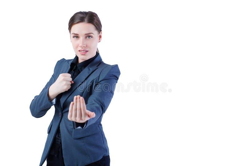 Giovane donna caucasica di affari in integrale, pronto per una lotta isolata su fondo bianco fotografia stock