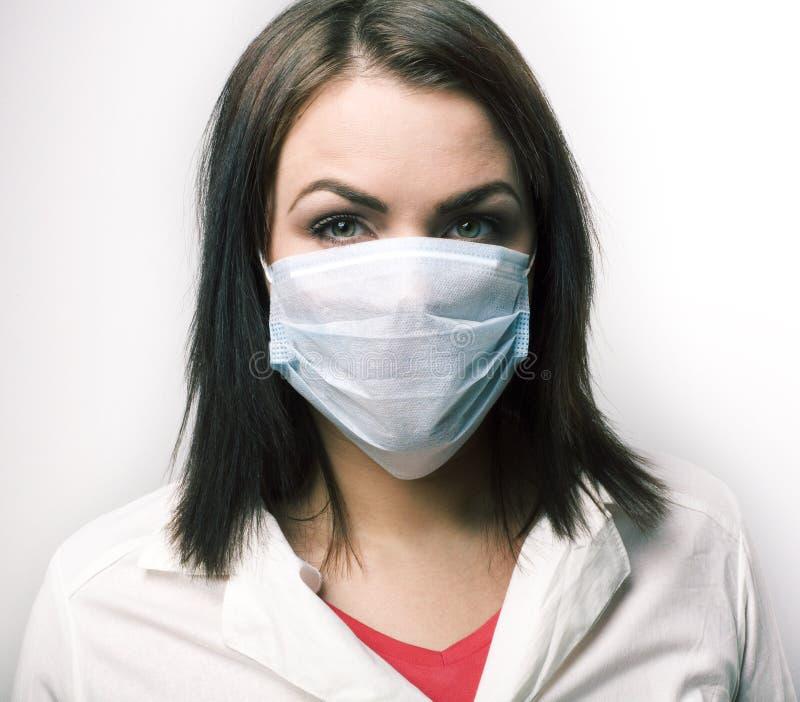 Giovane donna caucasica mascherata e guanti isolati su fondo bianco, concetto di protezione contro i virus fotografie stock