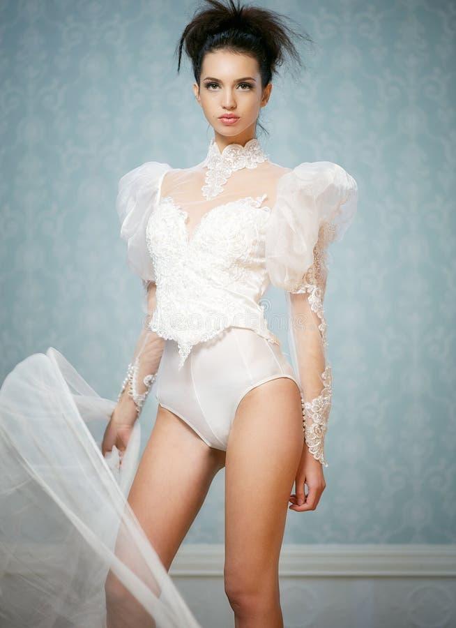 Giovane donna caucasica nella tuta sexy del Victorian fotografie stock
