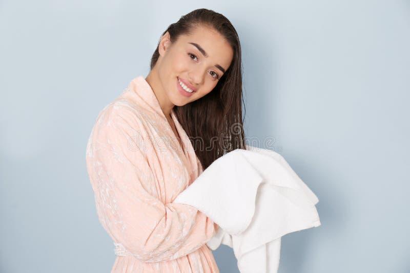 Giovane donna che asciuga i suoi capelli con l'asciugamano immagine stock