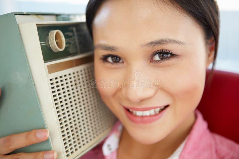 Giovane donna che ascolta la radio fotografie stock