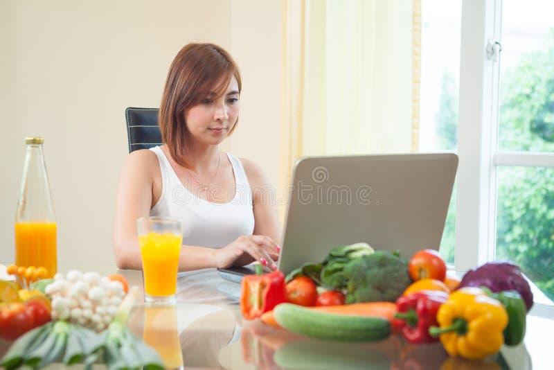 Giovane donna che beve il succo di arancia immagini stock
