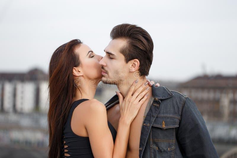 Giovane donna che bisbiglia amore segreto all'uomo sexy fotografie stock libere da diritti